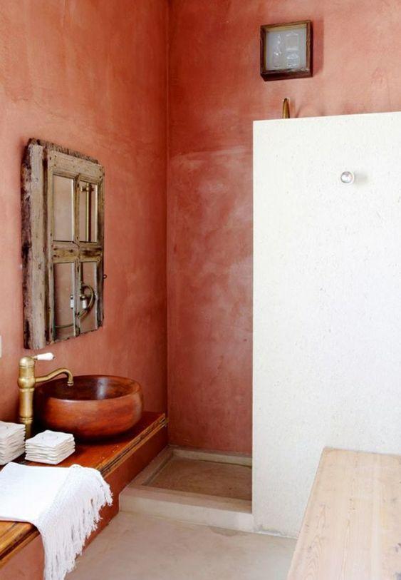 Color terracotta per le pareti ed il lavabo del bagno