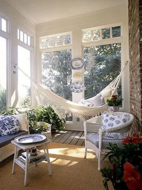 Una veranda estiva con l'amaca