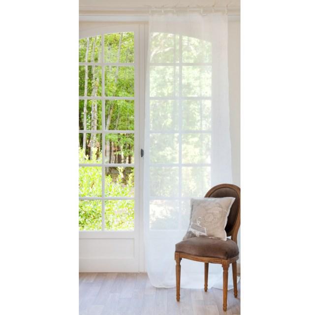 Tende di lino per il relooking della casa d'estate