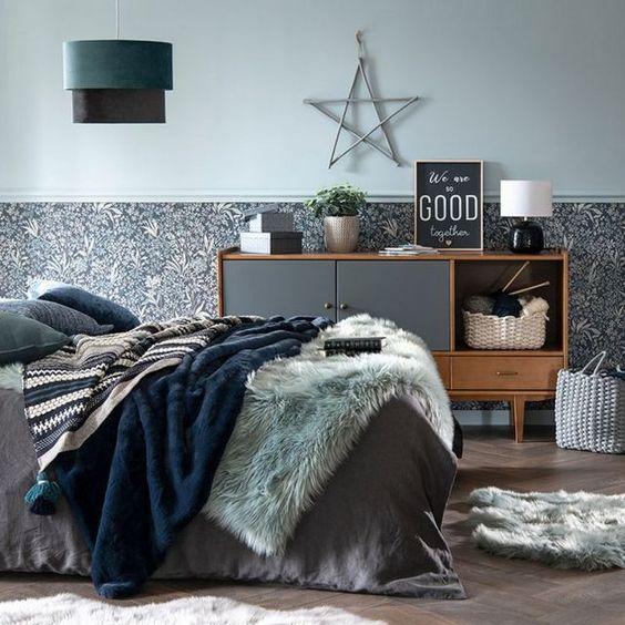 Camera da letto invernale con coperte blu navy e tappeti in ecopelliccia