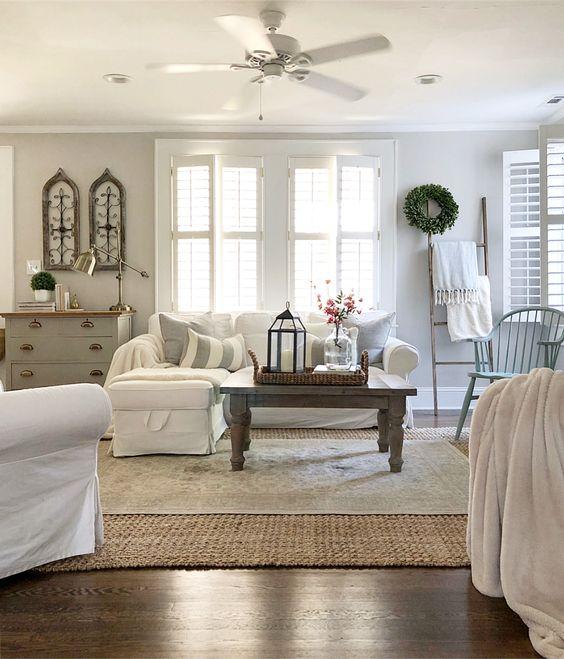 Soggiorno in stile farmahouse con due tappeti sovrapposti