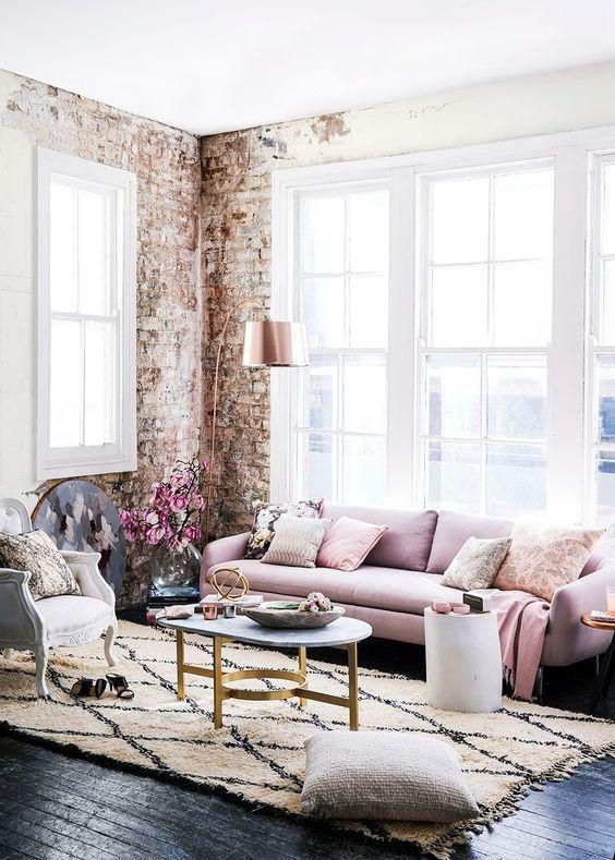 Soggiorno rosa con tappeto di Beni Ourain