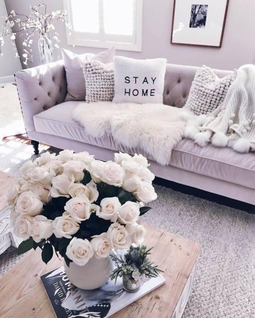 Cuscini, plaid ed ecopellicce per il soggiorno della casa d'inverno