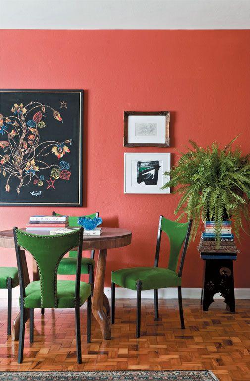 Sala da pranzo eclettica con pareti living coral