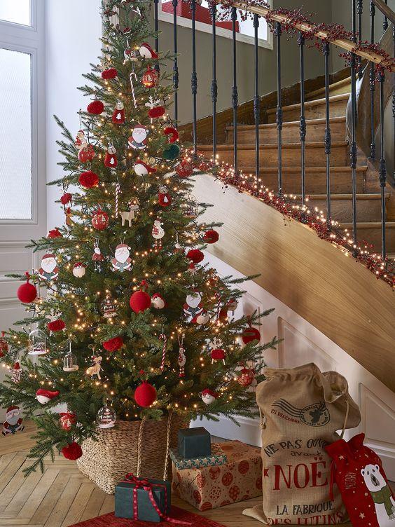 Albero di Natale rosso e verde con luci calde