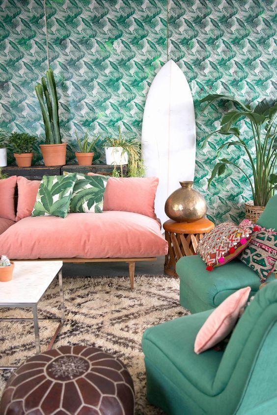 Soggiorno i stile jungle con il verde abbinato al Living Coral