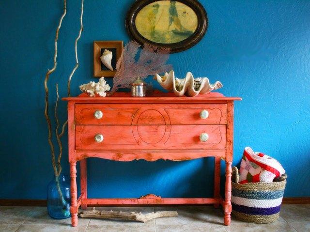 Parete blu abbinata a mobile vintage Living Coral