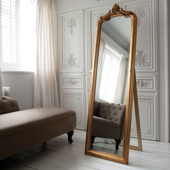 Grande specchio come punto focale della camera