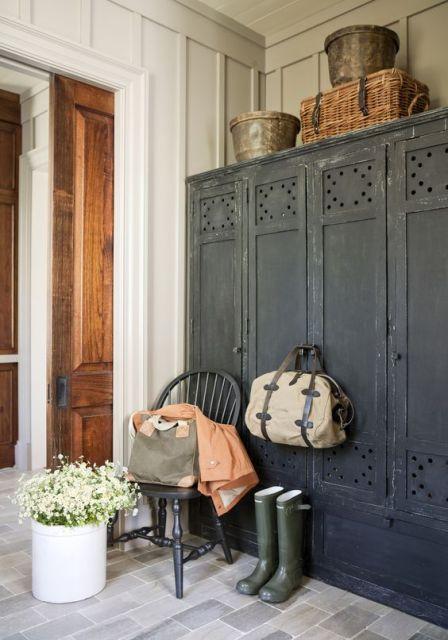 un guardaroba vintage in perfetto stile farmhouse