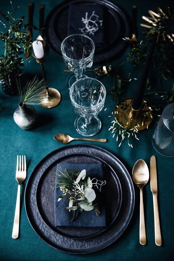Table setting di Natale sui toni del blu,verde e oro