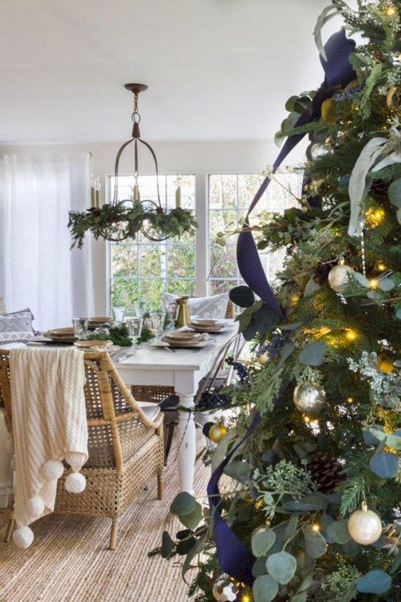 Decorazioni natalizie blu e verdi in stile farmhouse