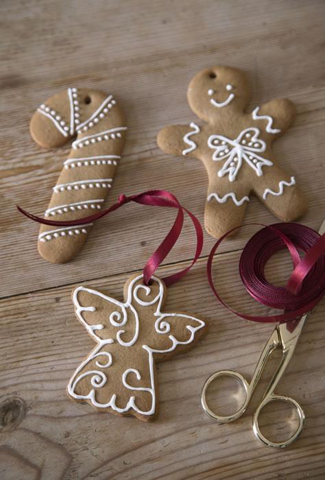 Dolci natalizi appena sfornati e decorati con nastri rosa