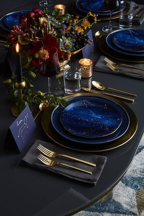 Un table setting per le feste sui toni del blu e dell'oro