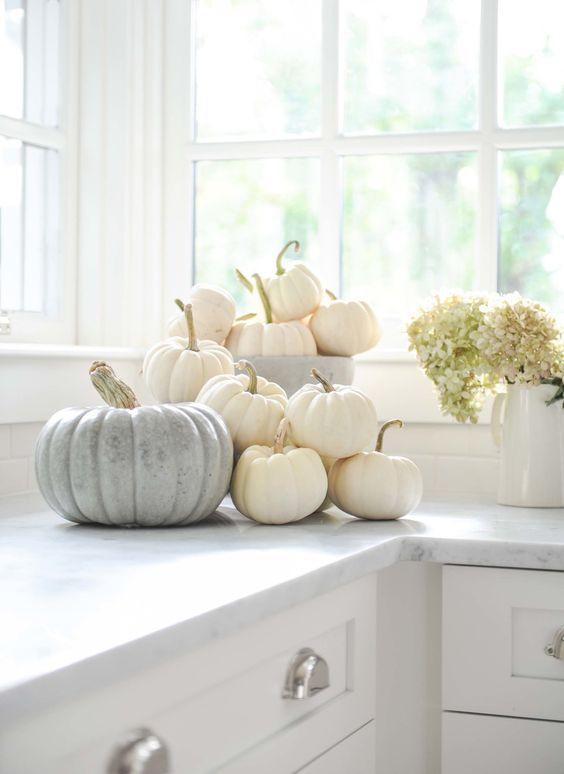 Una semplice decorazione con le zucche per la cucina autunnale