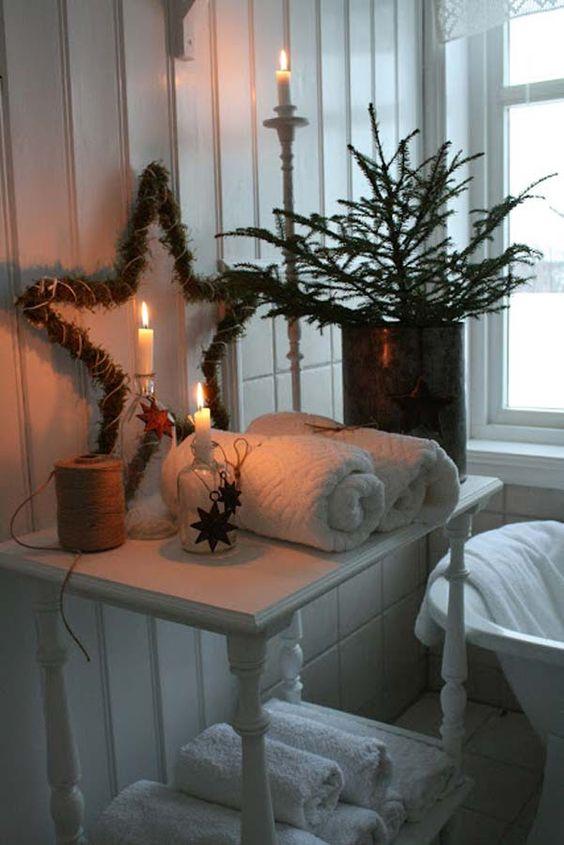 Candele e decorazioni natalizie per il bagno