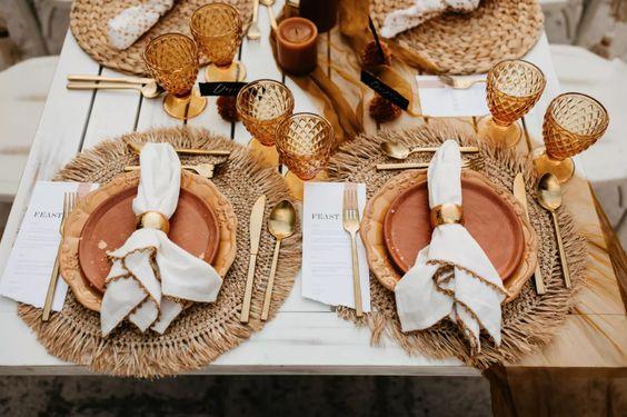 Table setting boho chic per il matrimonio al mare