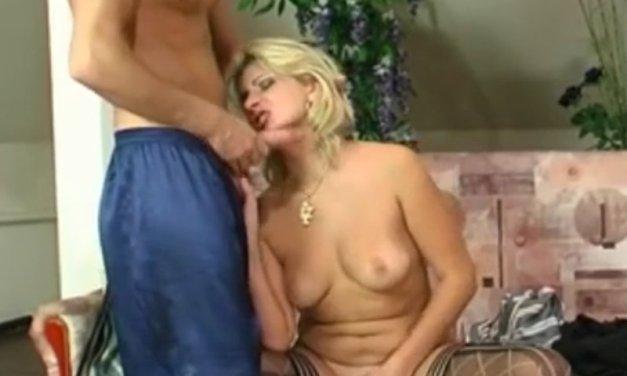 Oudere buurvrouw wil alleen nog maar een dikke pik in haar kut