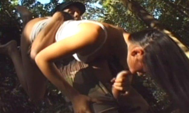 Mooie amateur vrouw heeft sex in het bos, ze doet aan veel standjes