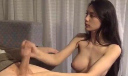 Brunette met grote borsten is haar dominante vriend aan het aftrekken