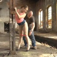 Duitse amateur babe heeft sex in verlaten fabriek
