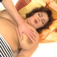 Zoon heeft sex met BBW moeder, die dikke tieten heeft
