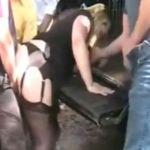 Geile blonde mature milf wordt op parkeerplaats door 4 mannen geneukt