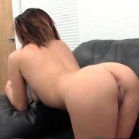 Casting, geile serveerster wordt anaal geneukt op de bank