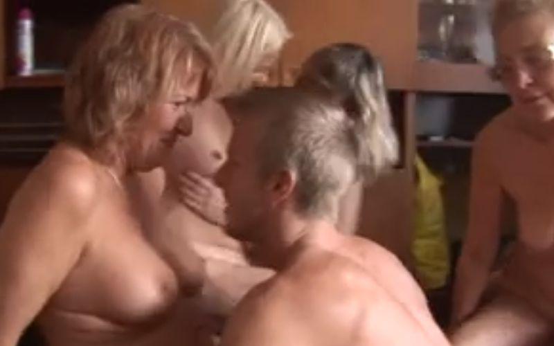 Een mature amateur seksfeest met geile oudere vrouwen