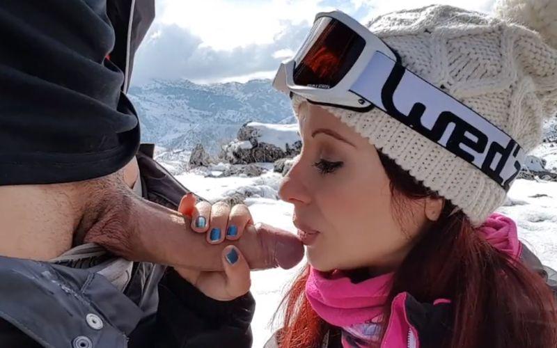 Buitensex tijdens de wintersportvakantie, ze kan geil goed pijpen