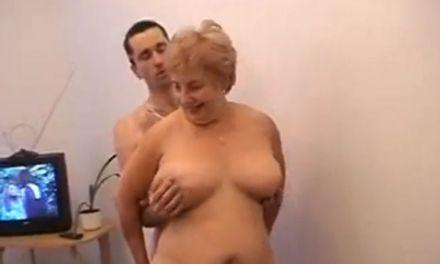 Dikke oma met grote tieten geniet van seks met een veel jongere man