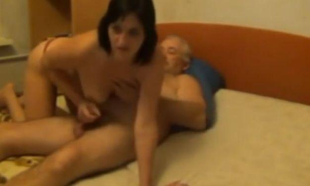 Oudere echtgenote vindt het nog steeds heerlijk om haar man te pijpen