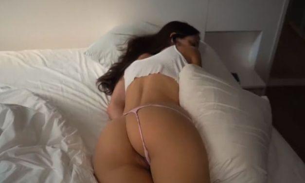 Man heeft seks met zijn slapende vriendin, hij neukt haar wakker