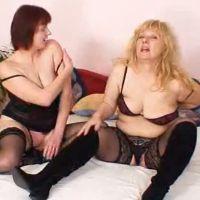 Twee mature moeders, sexy lingerie, zijn aan het experimenteren met lesbische seks