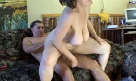 Duitse mature met enorme grote tieten wordt lang en hard geneukt