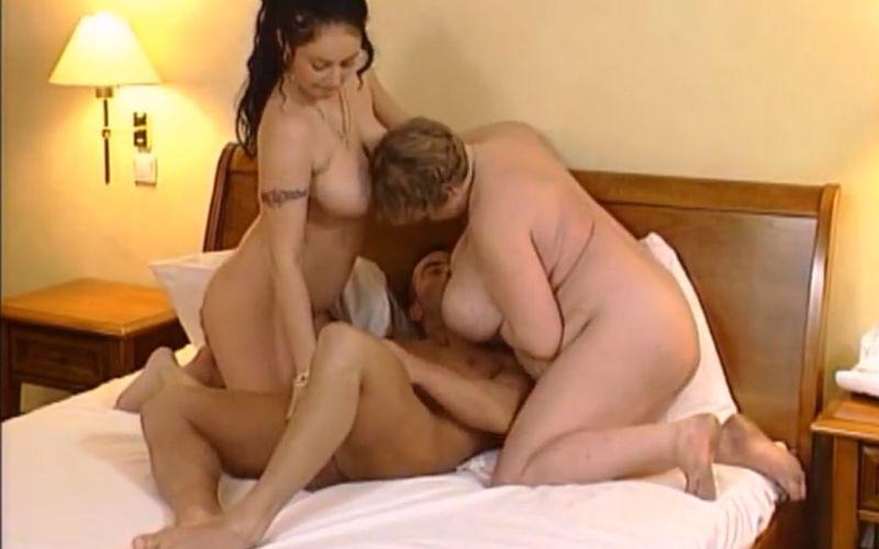 Twee Duitse milfs hebben geile sex met één man