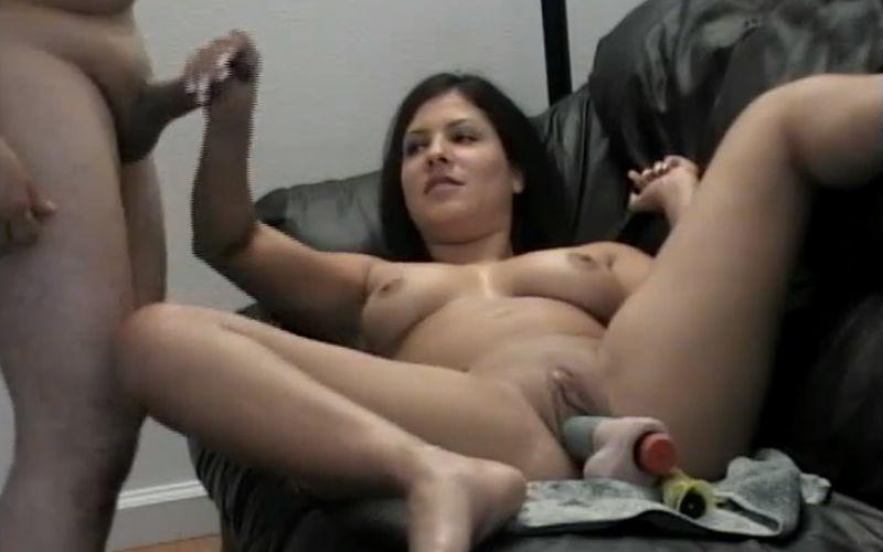 Een blowjob en aftrekken voor de vader van haar vriend