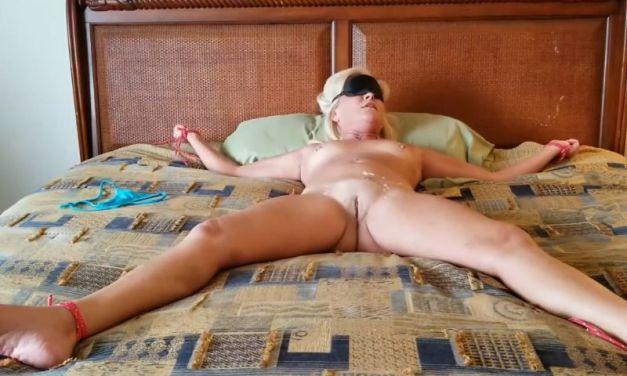 Vastgebonden huisvrouw wordt gevingerd en krijgt een orgasme