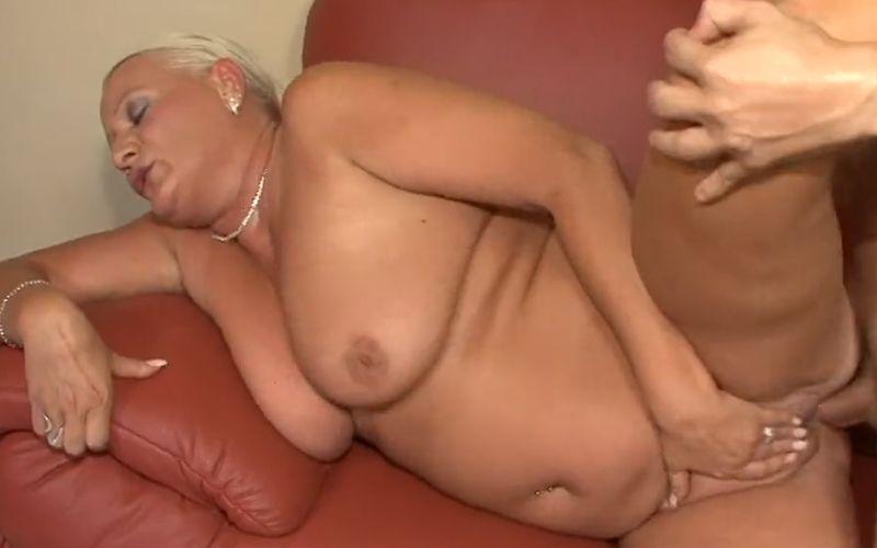 Oma porno, geile rijpe vrouw wil een grote pik in haar kont