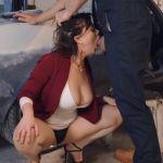 Vrouw met hele grote tieten wordt in garage geneukt door een monteur