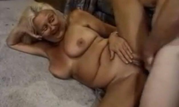 Schoonmoeder met grote hangtieten neuken, het mag van zijn echtgenote
