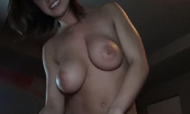 Mooie amateur vrouw met grote borsten heeft geile sex