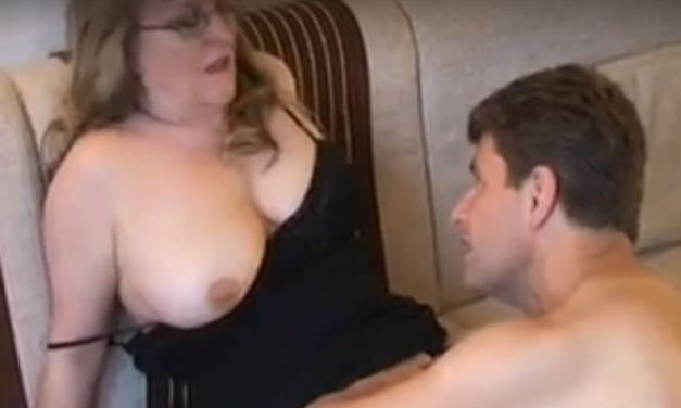 Amateur mature milf, grote borsten, krijgt oude baas op bezoek