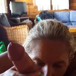Noorse vrouw, blond en mooie borsten, krijgt facial na een geile pijpbeurt