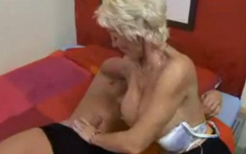 Knappe oma met grote neptieten is blij met haar jonge lover
