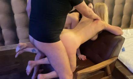 Man heeft sex met zijn echtgenote en hun jongere buurvrouw