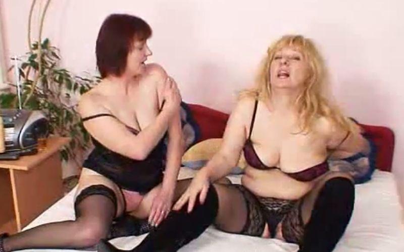 Twee mature amateur moeders experimenteren met lesbische sex