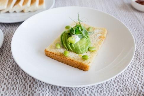 roomservice-avo-toast-SofitelSingaporeCity-68