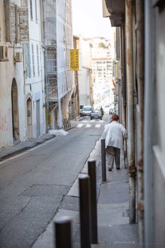 sidewalks footpaths in Marseille old town