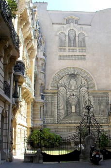 The Art Nouveau grill with a most interesting lattice trompe-l'œil in the tiny Sqaure Rapp.