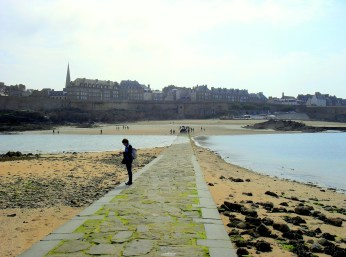 St Malo in the distance while the tide rushes in to trap the unwary traveler lingering at Chateaubriand's tomb. https://amaviedecoeurentier.wordpress.com/2015/03/03/rebel-without-a-causeway/